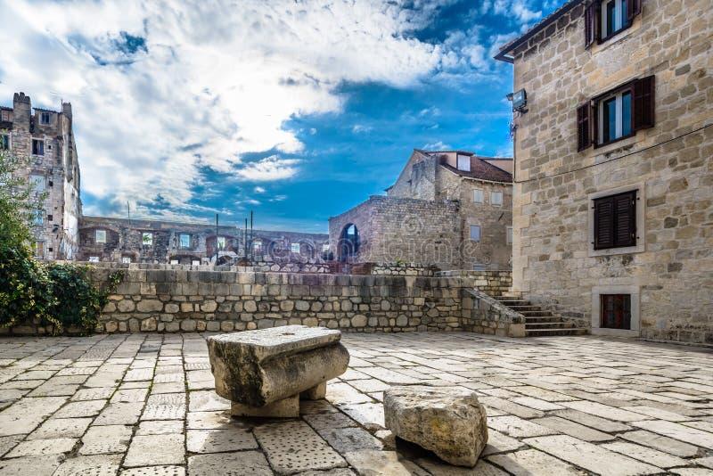 Cuadrado antiguo en la ciudad partida, Croacia fotografía de archivo libre de regalías