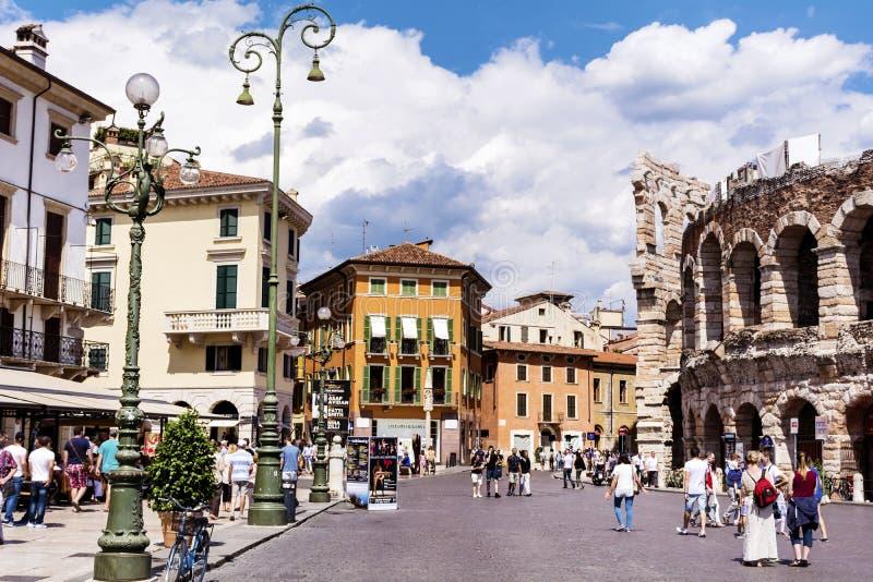 Cuadrado central con Colosseum en Verona, Italia en un día nublado fotos de archivo