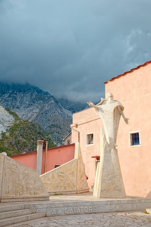 Cuadrado central de Colonnata, Carrara, Italia, famosos por la extracción del ` gordo de Lardo di Colonnata del ` de la delicadez imagen de archivo libre de regalías