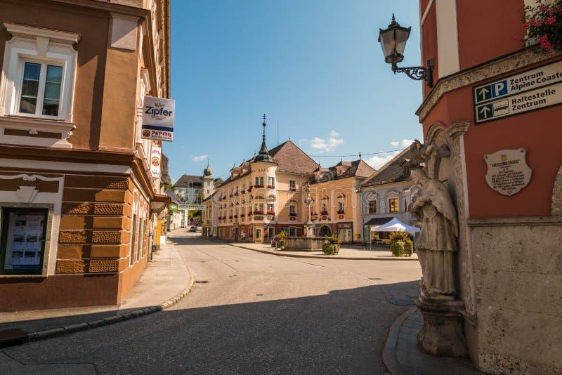 Cuadrado central de una pequeña del 'ciudad austríaca Windischgarsten en montañas alpinas, Austria balneario del aire 'del luftku foto de archivo