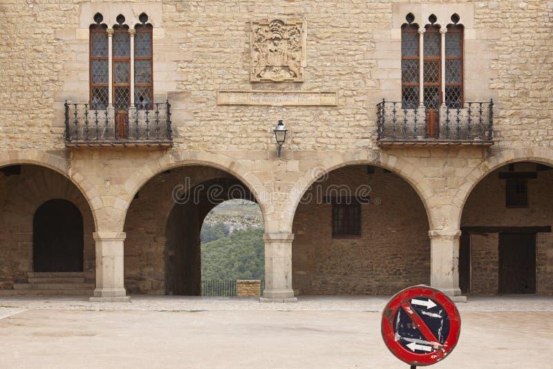 Cuadrado con arcadas empedrado pintoresco en España Cantavieja, Teruel fotografía de archivo