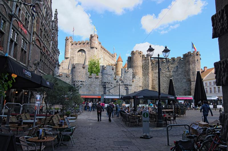 Cuadrado con los cafés del aire abierto Castillo antiguo del holandés de las cuentas: Gravensteen en el fondo fotos de archivo