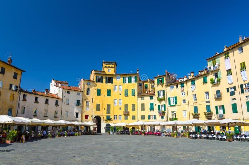 Cuadrado de Anfiteatro del dell de la plaza en yarda del circo del centro histórico de Lucca de la ciudad medieval fotos de archivo libres de regalías