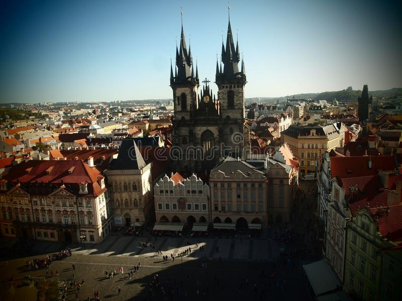 Cuadrado de antaño de Praga, centro de ciudad, República Checa Visión desde Hall Tower de antaño en la iglesia de Tyn Centro hist imagen de archivo