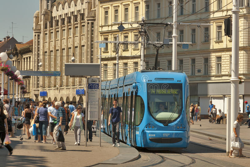 Cuadrado de ciudad central de Zagreb y parada de la tranvía
