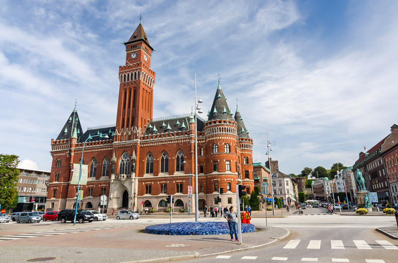 Cuadrado de ciudad con la visión para el ayuntamiento en Helsingborg imagen de archivo libre de regalías