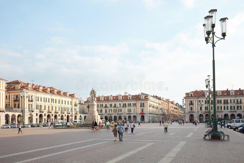 Cuadrado de Galimberti con la gente por una tarde del verano, cielo azul en Cuneo, Italia foto de archivo libre de regalías