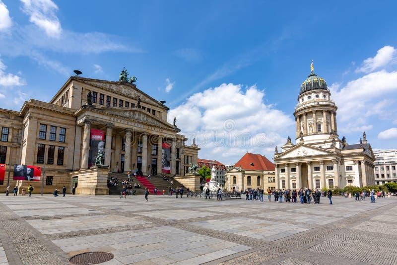 Cuadrado de Gendarmenmarkt con el concierto Hall Konzerthaus y Dom franceses de Französischer de la iglesia, Berlín, Alemania fotografía de archivo
