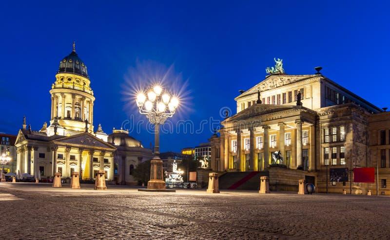 Cuadrado de Gendarmenmarkt con el concierto Hall Konzerthaus y nuevos Dom o Neue Kirche de Deutscher de la iglesia en la noche, B foto de archivo