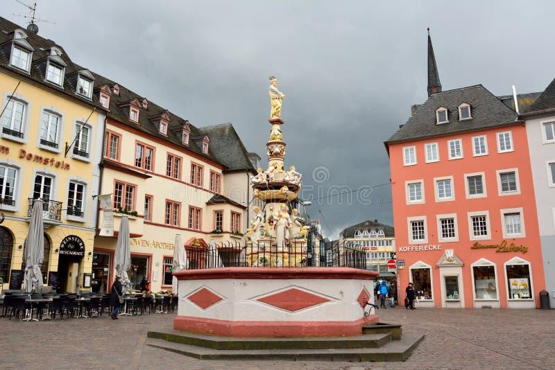 Cuadrado de Hauptmarkt en Trier, con la fuente histórica fechando a partir de 1595 fotos de archivo libres de regalías