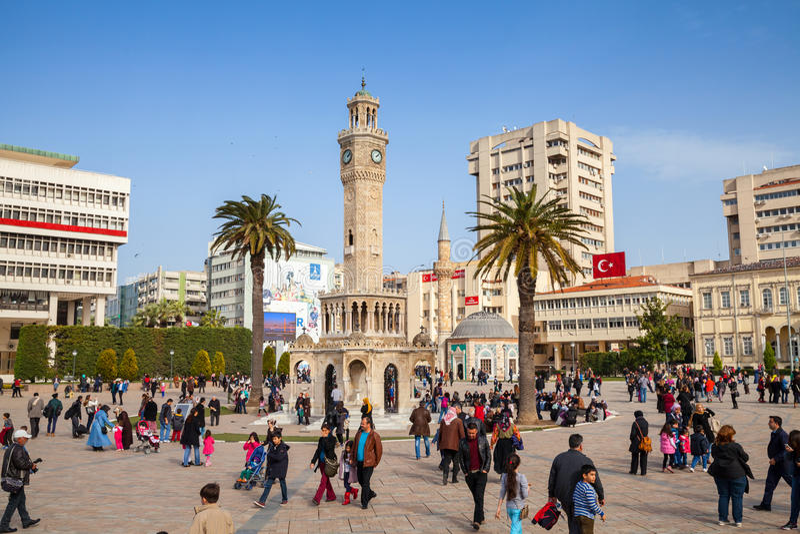 Cuadrado de Konak con la muchedumbre de turistas, Esmirna, Turquía foto de archivo