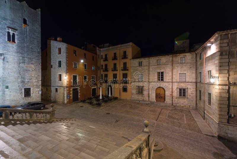 Cuadrado de la catedral, Girona, Cataluña, España Escena de la noche fotos de archivo