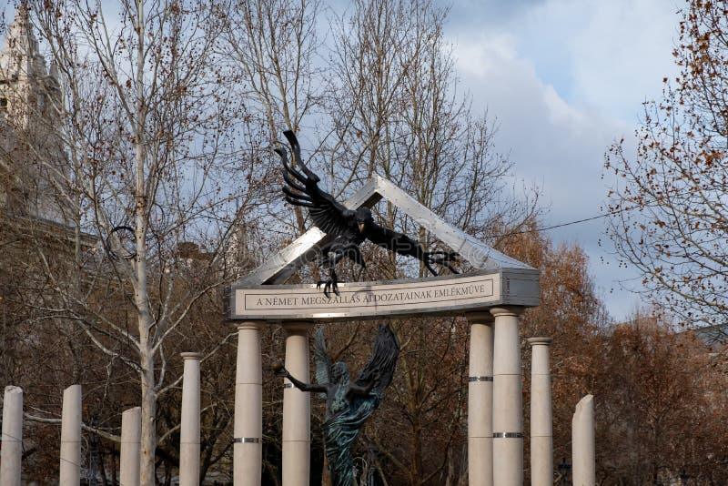 Cuadrado de la libertad Monumentos a las víctimas del nazismo alemán y húngaro imagenes de archivo