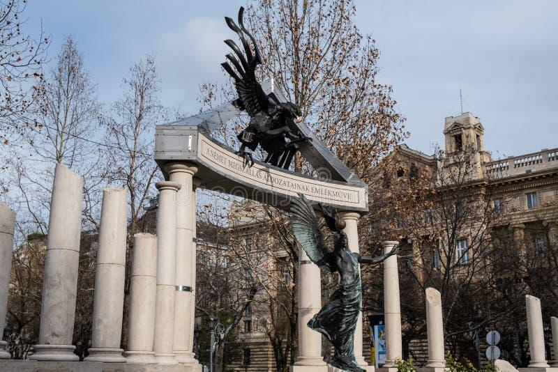 Cuadrado de la libertad Monumentos a las víctimas del nazismo alemán y húngaro fotografía de archivo