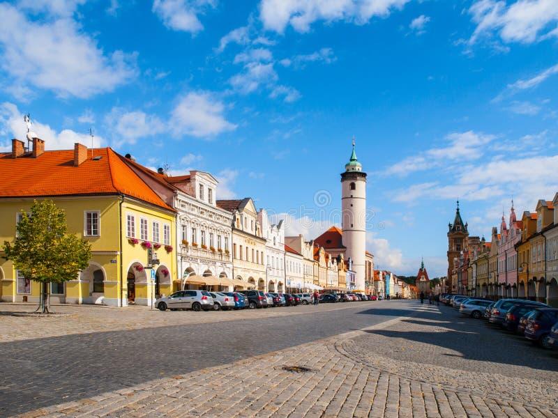 Cuadrado de la paz con la torre blanca de Domazlice el día soleado, República Checa fotos de archivo