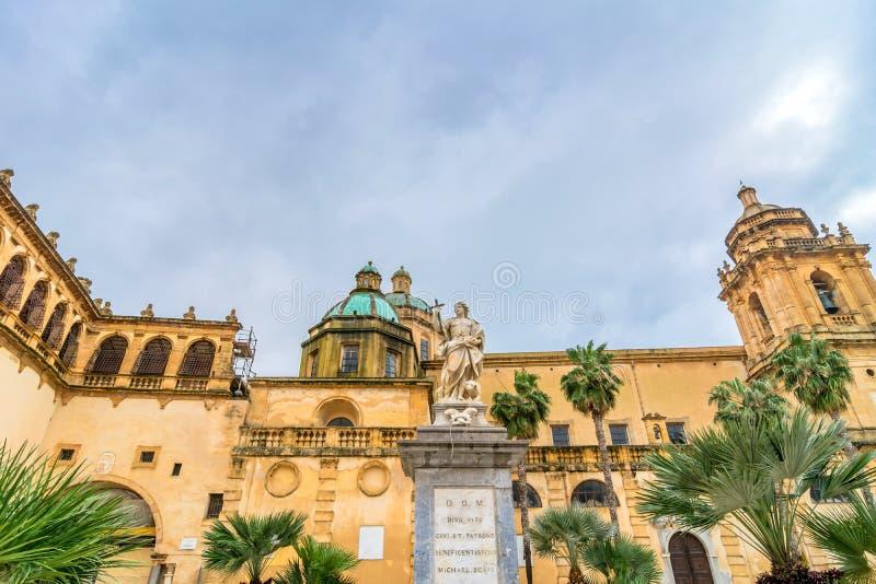 Cuadrado de la república en Mazara del Vallo, Sicilia fotografía de archivo