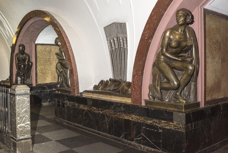 Cuadrado de la revolución de la estación de metro, el arquitecto A Dushkin fotos de archivo