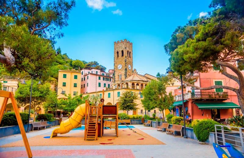 Cuadrado de la yegua del al de Monterosso del terre de Cinque cerca de la costa, con los niños \ 'patio de s en Liguria, Italia fotos de archivo