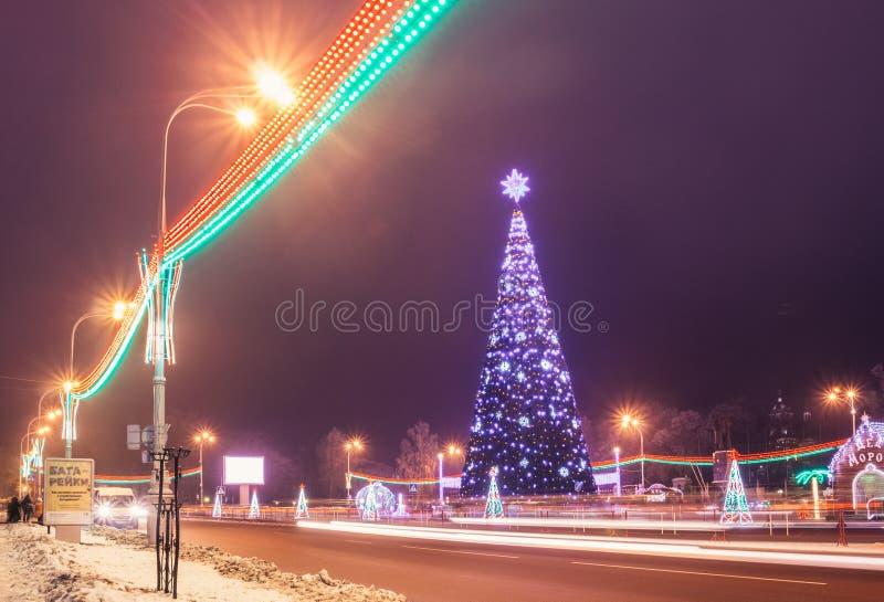 Cuadrado de Lenin en los días de fiesta del Año Nuevo en la noche Gomel, Bielorrusia fotos de archivo