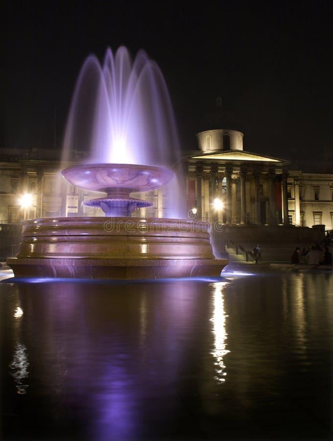 Cuadrado de Londres - de Trafalgar en noche - fuente foto de archivo libre de regalías