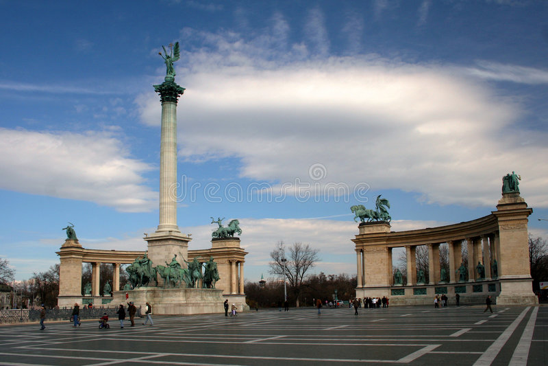 Cuadrado de los héroes en Budapest imagen de archivo