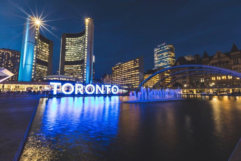 Cuadrado de Nathan Phillips en Toronto en la noche imagenes de archivo