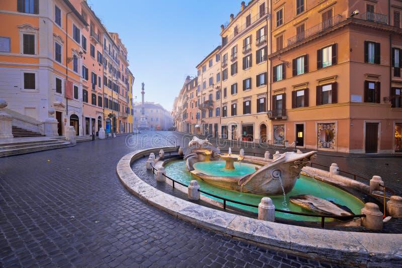 Cuadrado de Piazza di Spagna y fuente de Barcaccia del della de Fontana en la opinión de la mañana de Roma imagen de archivo