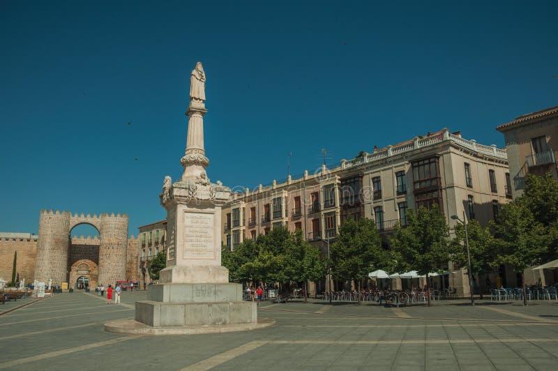 Cuadrado de Santa Teresa de Jesus y puerta del Alcazar en Ávila foto de archivo libre de regalías