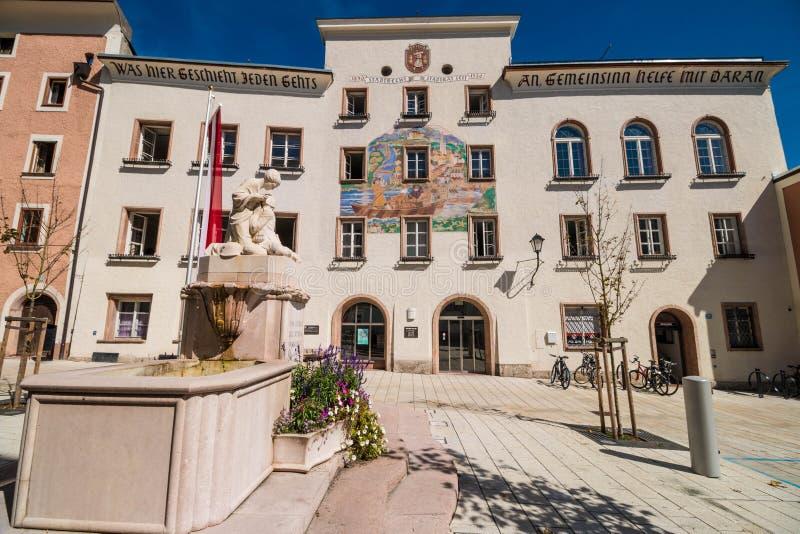 Cuadrado de Schoendorferplatz con el ayuntamiento y guerras mundiales conmemorativas imagenes de archivo