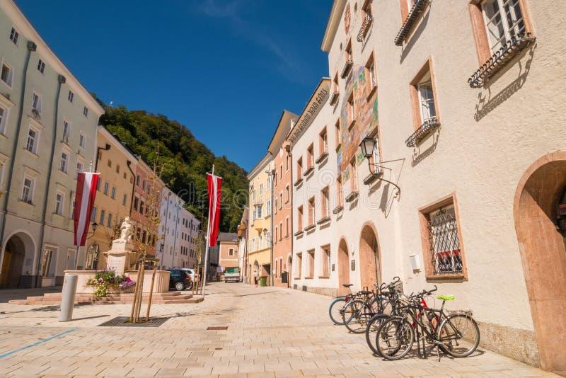 Cuadrado de Schoendorferplatz en la ciudad vieja de Hallein, Austria imagen de archivo