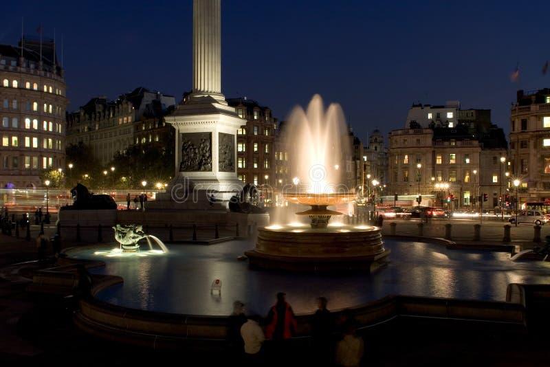 Cuadrado de Trafalgar en la noche fotos de archivo