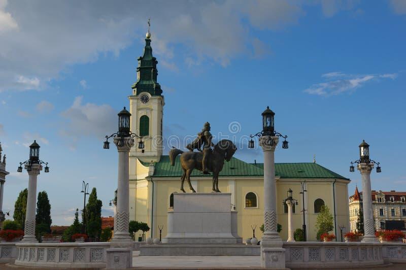 Cuadrado de Unirii en Oradea - estatua del héroe rumano Mihai Viteazu imagen de archivo libre de regalías