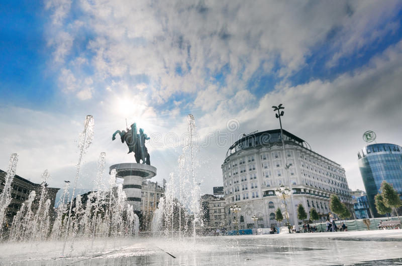 Cuadrado debajo del guerrero en un monumento del caballo de Skopje fotos de archivo