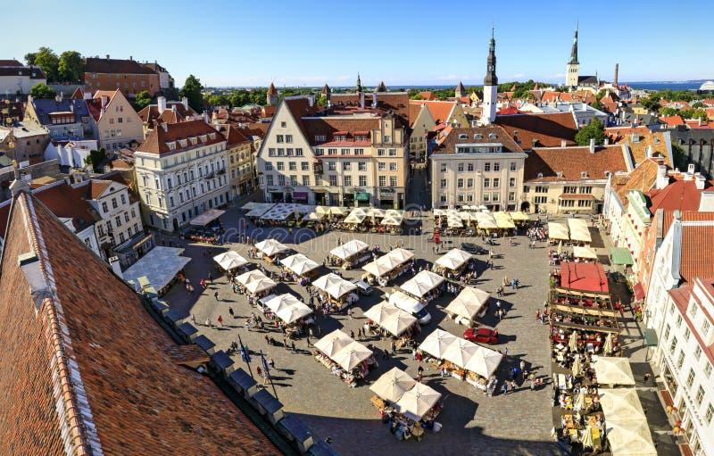Cuadrado del ayuntamiento en la ciudad vieja de Tallinn, Estonia el 26 de julio, foto de archivo