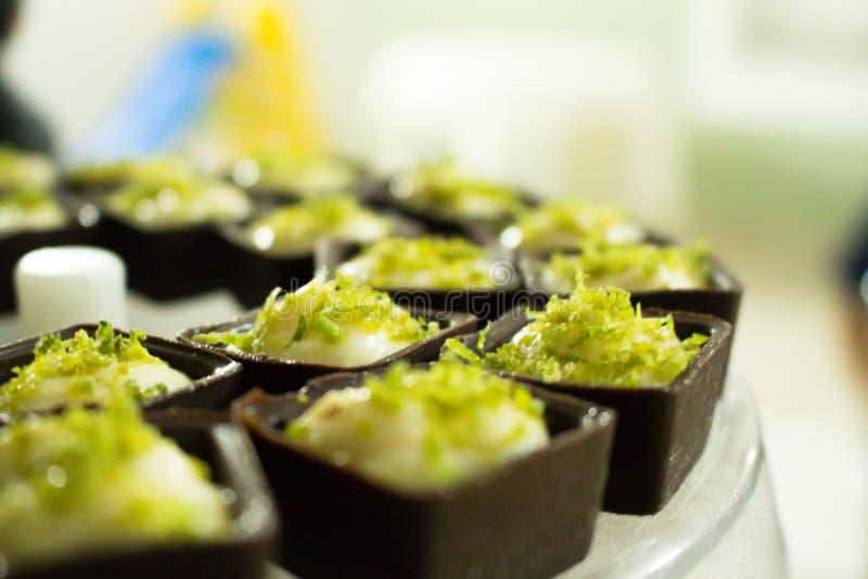 Cuadrado del chocolate con crema batida del limón fotografía de archivo