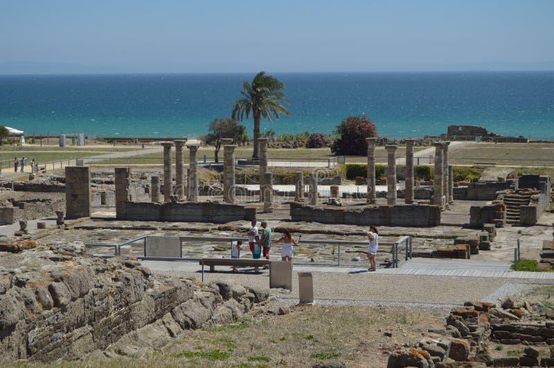 Cuadrado del foro en Roman City Baelo Claudia Dating en del siglo II la playa A.C. de Bolonia en Tarifa Naturaleza, arquitectura, foto de archivo libre de regalías