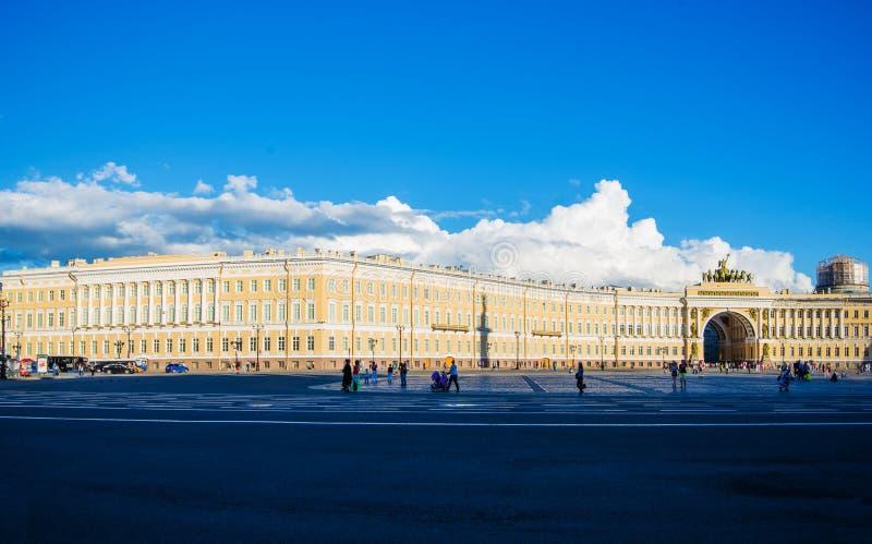 Cuadrado del palacio el cuadrado de ciudad central de St Petersburg fotos de archivo libres de regalías