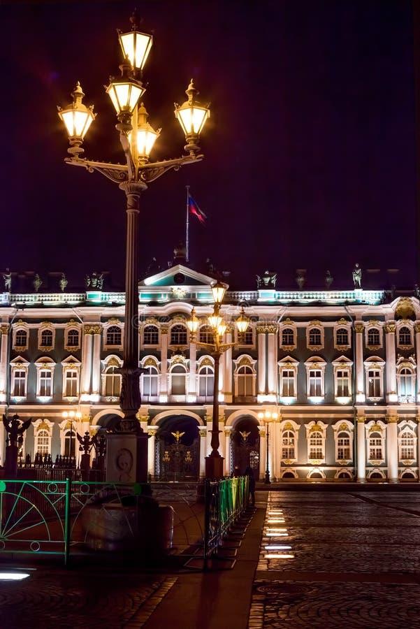 Cuadrado del palacio y palacio del invierno en Sankt - Petersb imagen de archivo