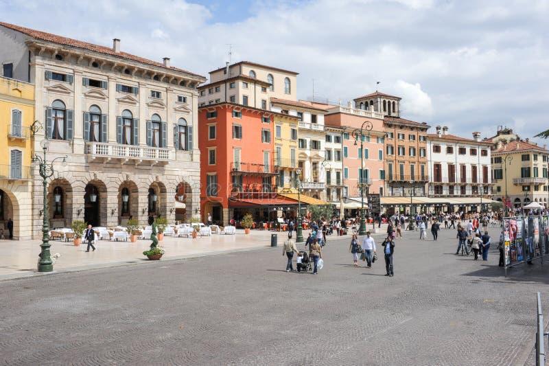 Cuadrado del sujetador en el centro de la ciudad de Verona, Italia imágenes de archivo libres de regalías