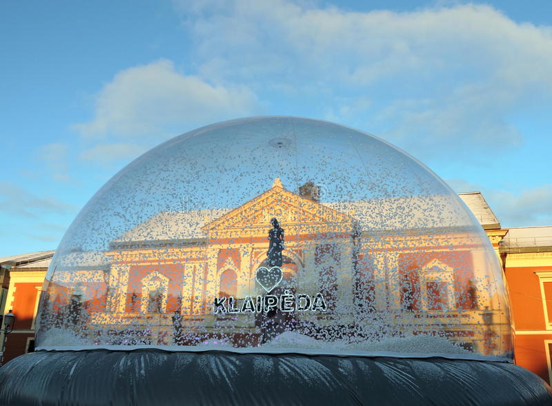 Cuadrado del teatro antes de la Navidad en Klaipeda fotografía de archivo libre de regalías