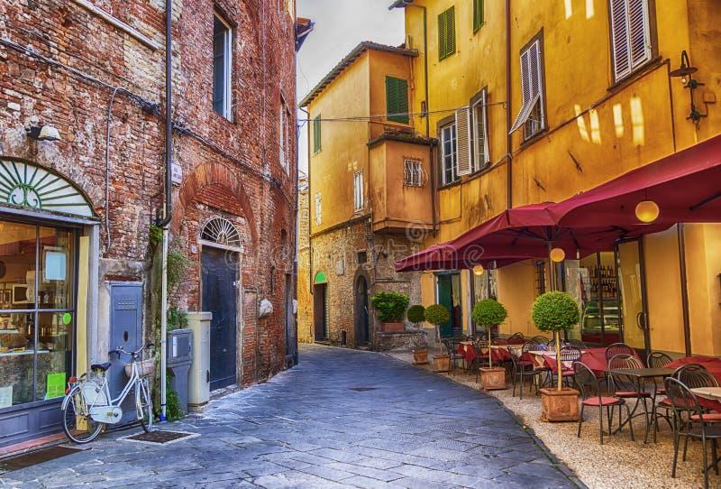 Cuadrado en la ciudad vieja Lucca, Italia imagen de archivo