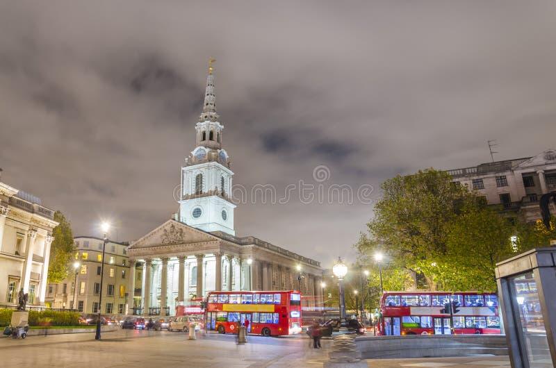 Cuadrado en la noche, Londres de Trafalgar fotos de archivo