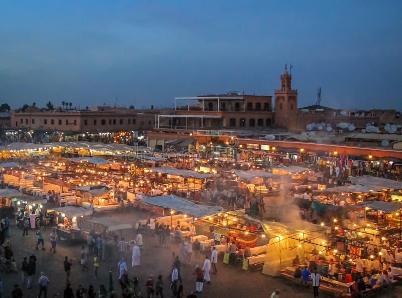 Cuadrado en la tarde - Marakech, Marruecos del EL-Fnaa de Jemaa imagenes de archivo
