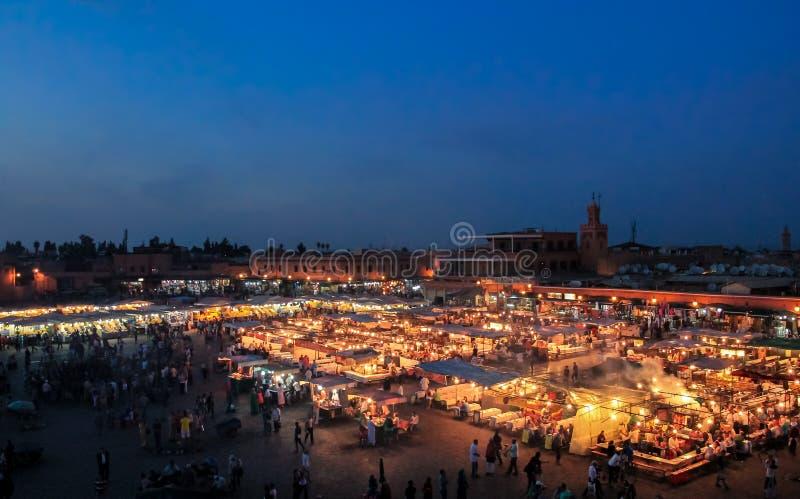 Cuadrado en la tarde - Marakech, Marruecos del EL-Fnaa de Jemaa imágenes de archivo libres de regalías