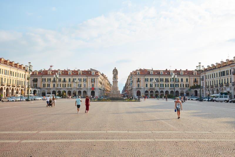 Cuadrado famoso de Galimberti con la gente y la estatua en un día de verano soleado, cielo azul en Cuneo, Italia fotografía de archivo