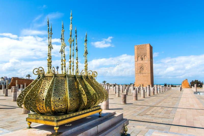 Cuadrado hermoso con la torre de Hassan en el mausoleo de Mohammed V adentro fotos de archivo