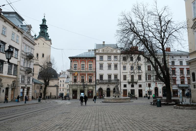 Cuadrado hermoso en la ciudad vieja Calle en la ciudad de Lviv Ucrania 03 15 19 foto de archivo