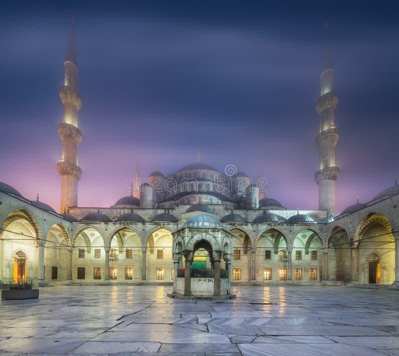 Cuadrado interno de la mezquita de Suleymaniye o de la mezquita azul foto de archivo libre de regalías