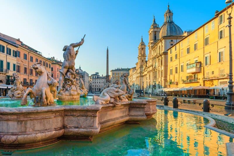 Cuadrado o plaza Navona de Navona en Roma, Italia con la fuente Arquitectura y señal de Roma en la salida del sol fotografía de archivo