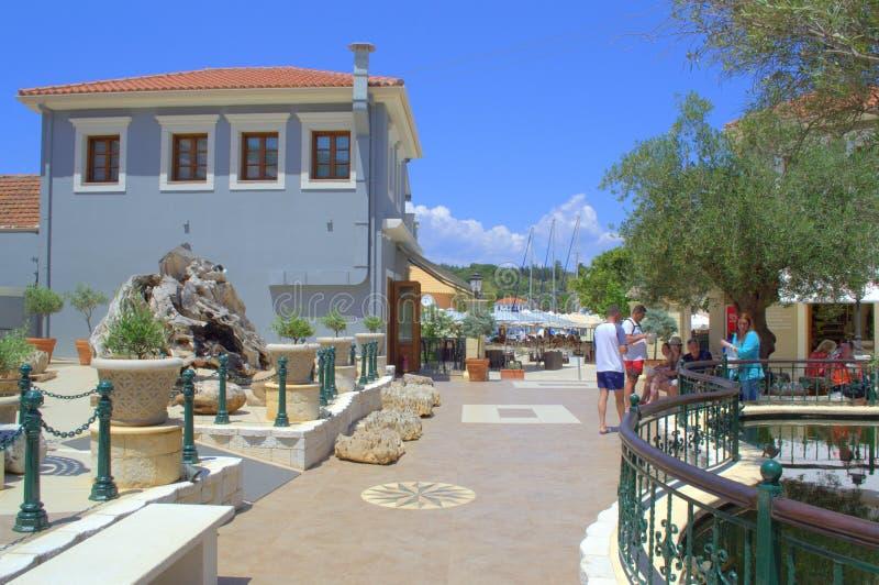 Cuadrado pintoresco del pueblo de Fiskardo, Grecia fotos de archivo libres de regalías